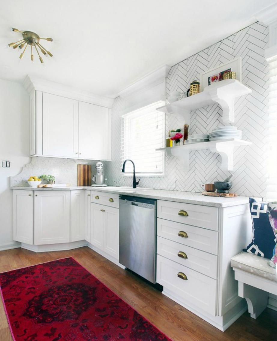 Η κουζίνα με μερικές αλλαγές μεταμορφώθηκε σε έναν λαμπερό χώρο.