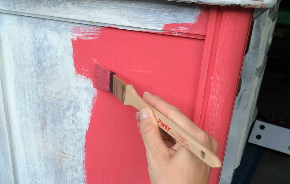 Επιλέξτε με προσοχή το χρώμα που θα βάψετε κάποιο ξύλινο έπιπλο ή τις ντουλάπες σας