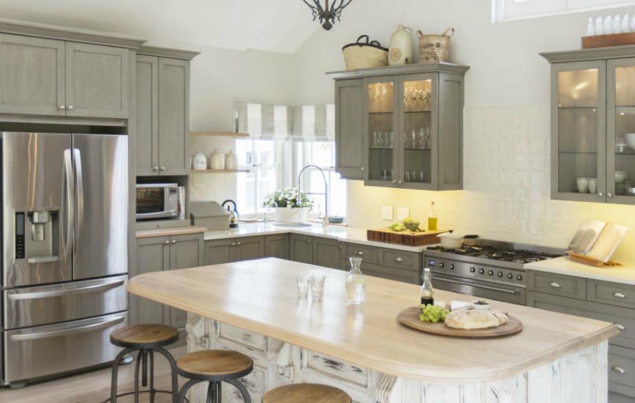Μη βιάζεστε και μην παραλείπετε σημαντικά βήματα όταν βάφετε τις ντουλάπες της κουζίνας σας