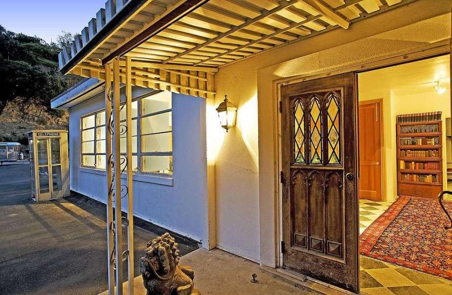 Η ξύλινη πόρτα της εισόδου αποδεικνύει το ρουστίκ χαρακτήρα της κατοικίας.