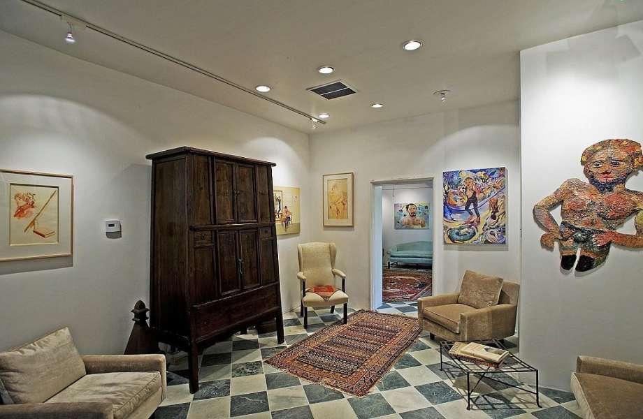 Τα πατώματα σκακιέρα κυριαρχούν στα σαλόνια του σπιτιού.