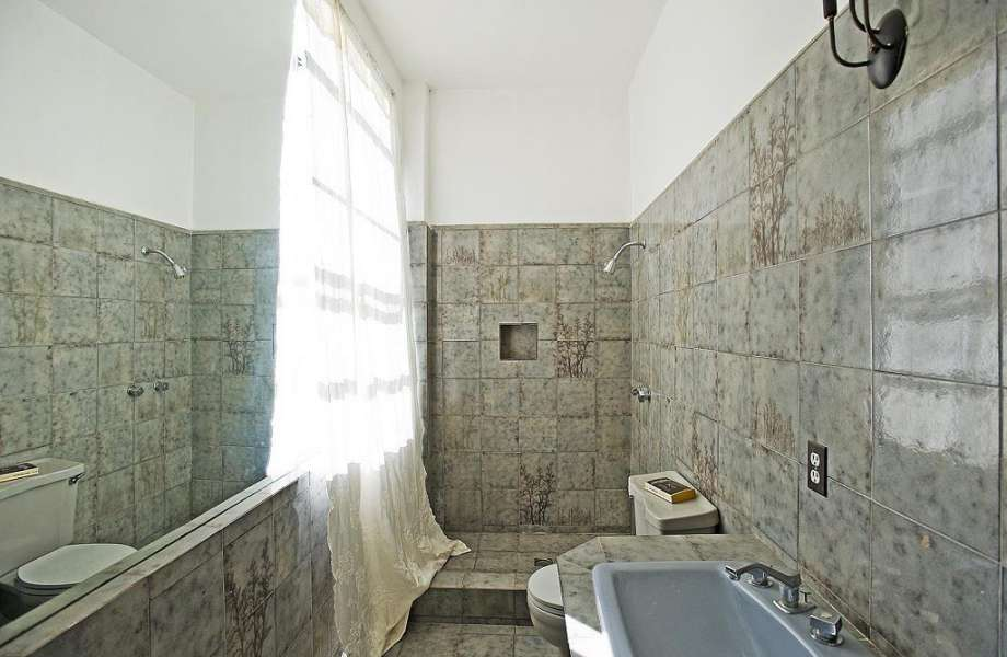 Όχι ένα, αλλά δώδεκα μπάνια έχει το νέο σπίτι του ηθοποιού.