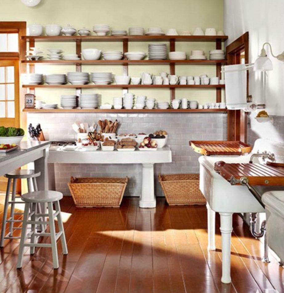Στην κουζίνα υπάρχουν αμέτρητα πιάτα και μπολ τοποθετημένα σε ανοιχτά ράφια.