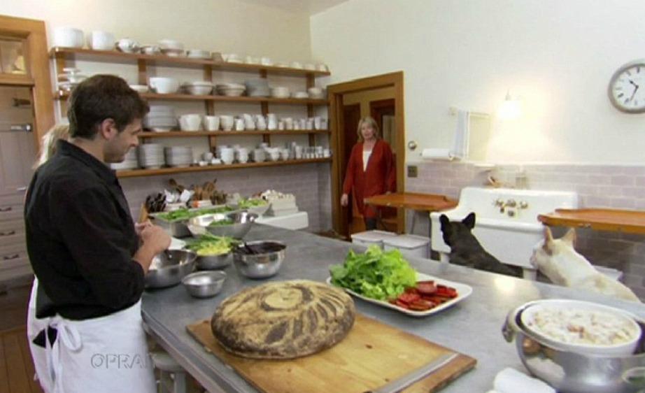 Η κουζίνα είναι μεγάλη, άνετη και με πολλούς πάγκους ώστε να γίνεται η κατάλληλη προετοιμασία για τα πάρτι της Stewart, Άλλωστε η κουζίνα αποτελεί τον παράδεισο της επιχειρηματία.