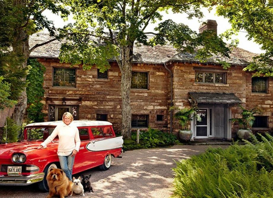 H Martha Stewart ποζάρει με θέα το υπέροχο εξοχικό της.