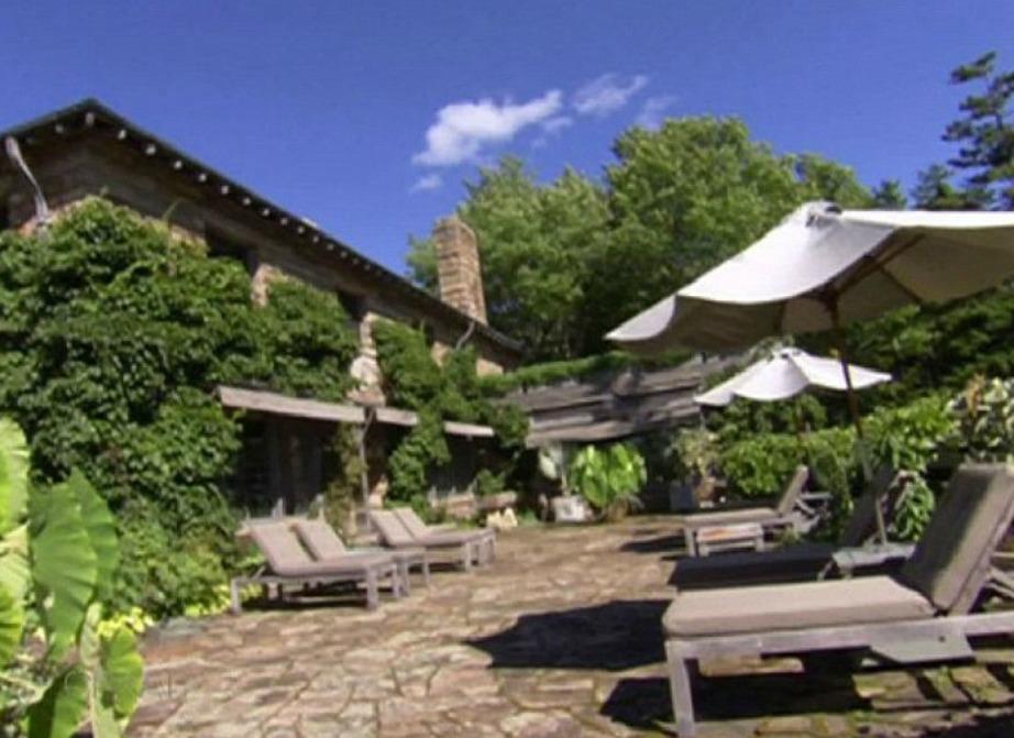 Το σπίτι έχει πολύ βλάστηση γύρω γύρω αλλά και μεγάλες πισίνες αλλά και μονοπάτια για ιππασία.