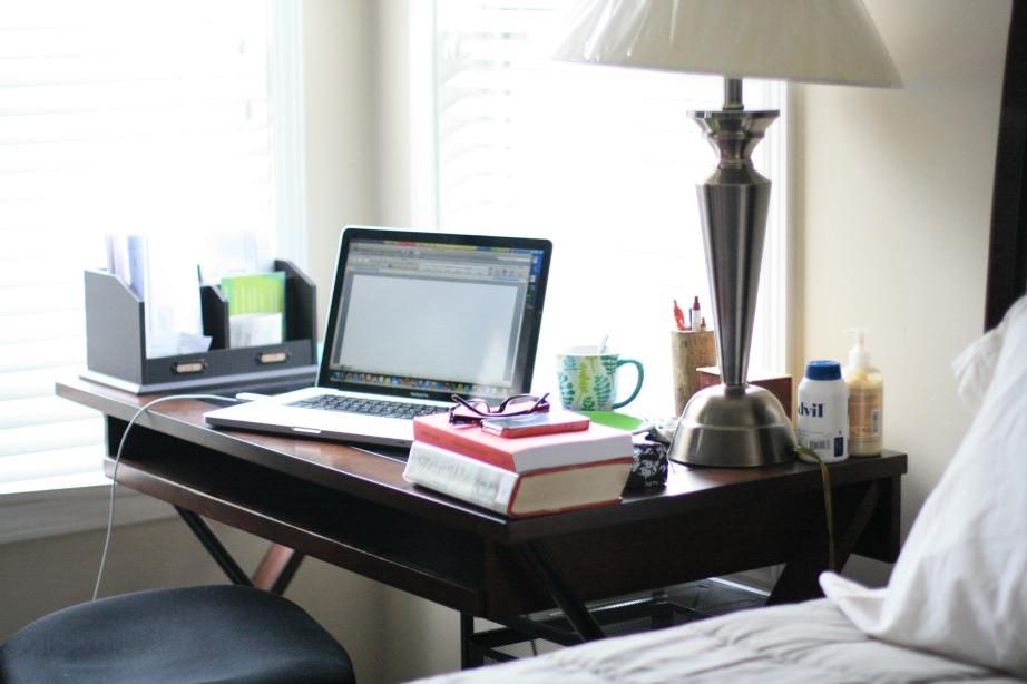 Βάλτε ένα μικρό γραφείο ακριβώς δίπλα στο κρεβάτι.