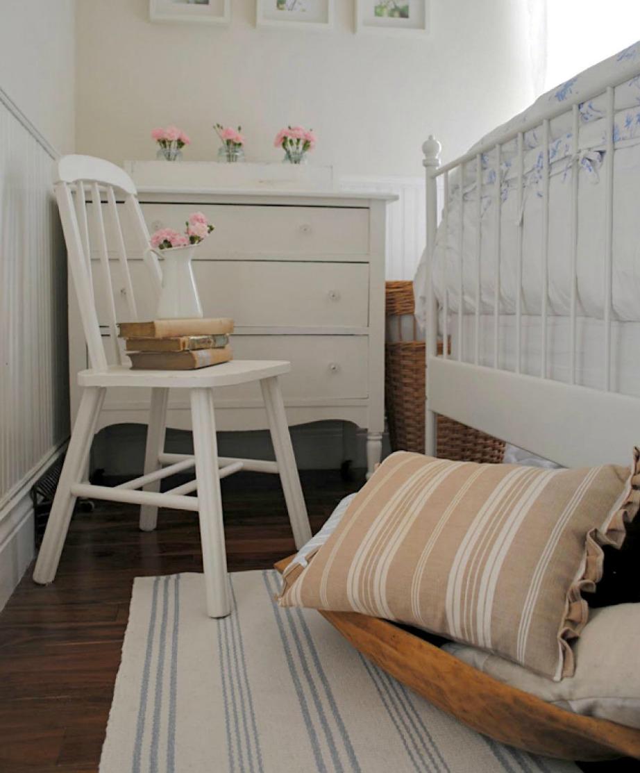 Βάλτε κάτω από τα κρεβάτια σε όλα τα δωμάτια καλάθια και πλαστικές σακούλες για εξοικονόμηση χώρου.