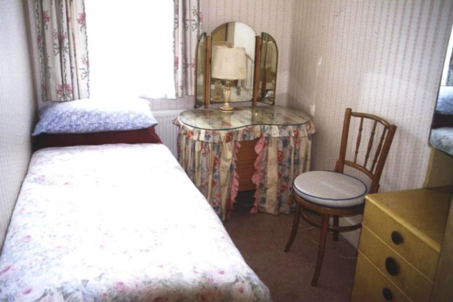 Ένα μικρό δωμάτιο με τόσο χάλια διακόσμηση φαίνεται ακόμα πιο μικρό και άχαρο.