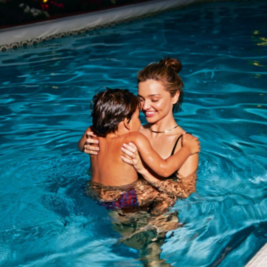 Η Miranda λατρεύει να κολυμπάει στην πισίνα με τον γιο της.