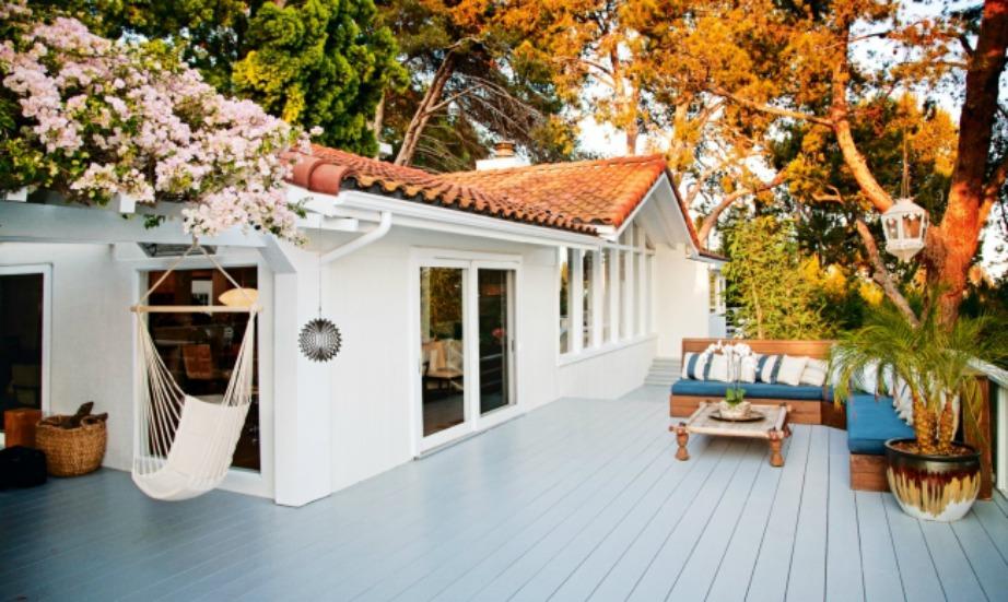 Η Miranda λατρεύει να κάθεται στο κατάστρωμα του σπιτιού της και να απολαμβάνει τη θέα.