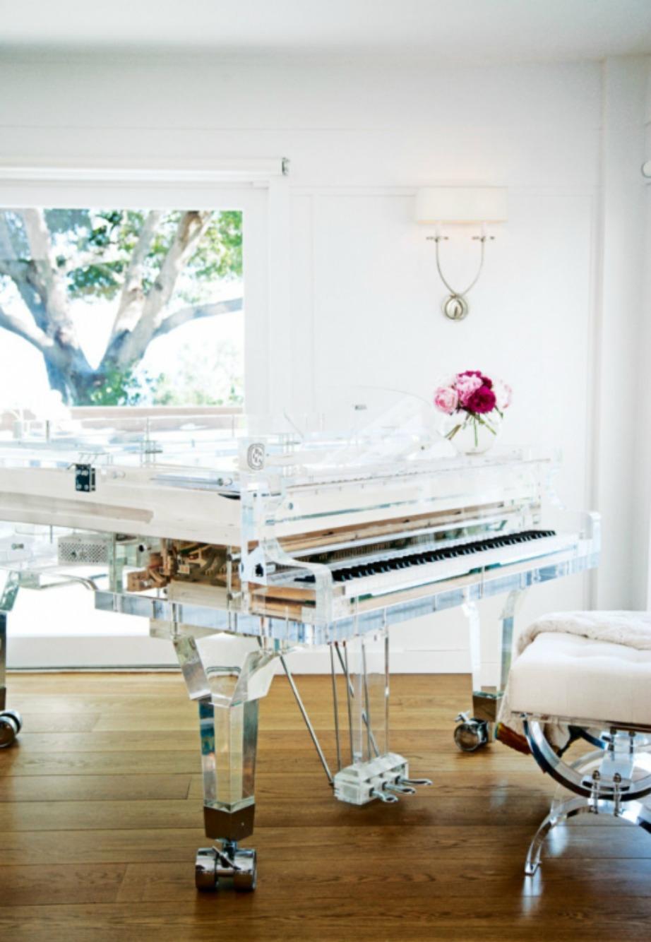 Το υπέροχο custom-made πιάνο του μοντέλου.