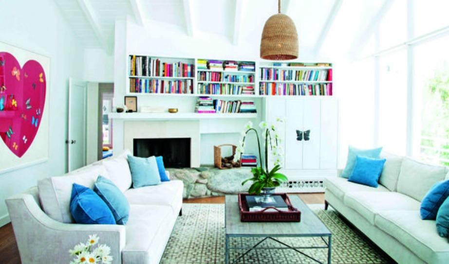 Στο σαλόνι κυριαρχεί το μπλε, το λευκό και το ροζ χρώμα.