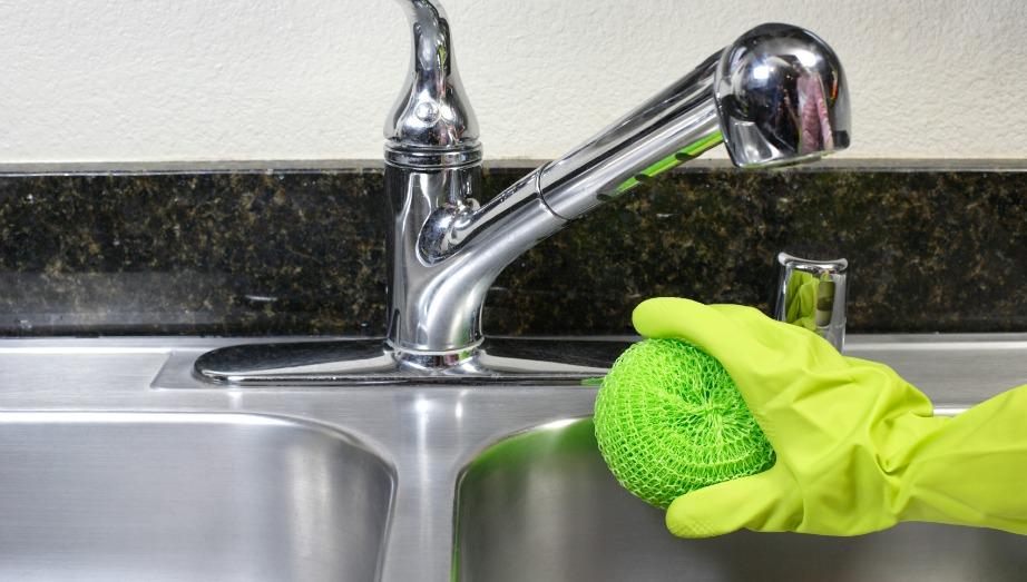 Πριν ξεκινήσετε να καθαρίζετε τον νεροχύτη σας θα πρέπει να ξέρετε από τι υλικό είναι φτιαγμένος για να μην χρησιμοποιήσετε κάτι που θα τον βλάψει ανεπανόρθωτα.