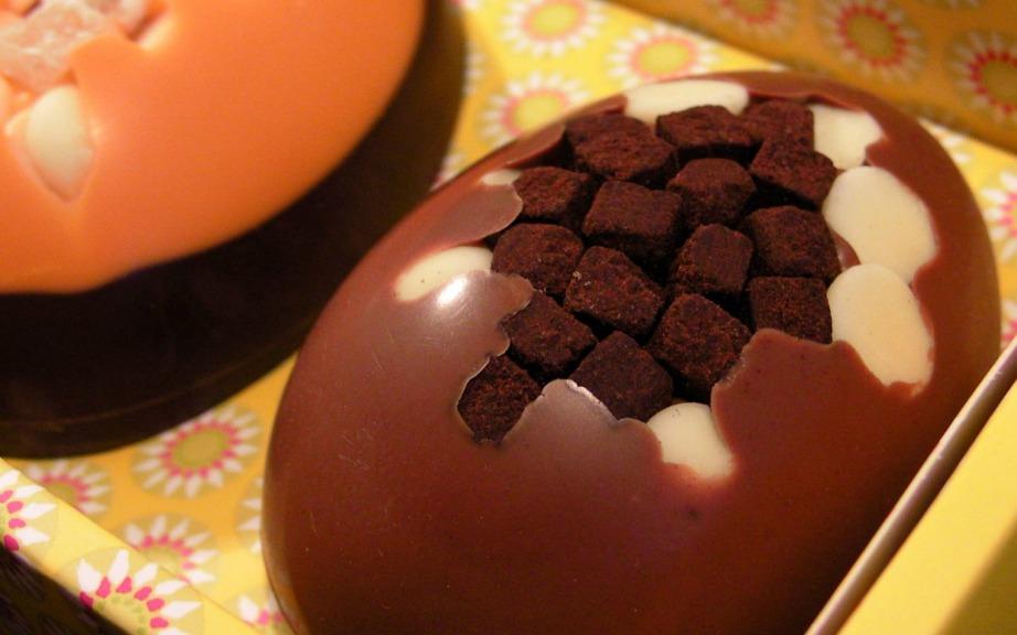 Μαζί με τη λαμπάδα δώστε στο βαφτηστήρι σας ένα τσουρέκι ή ένα σοκολατένιο αυγό
