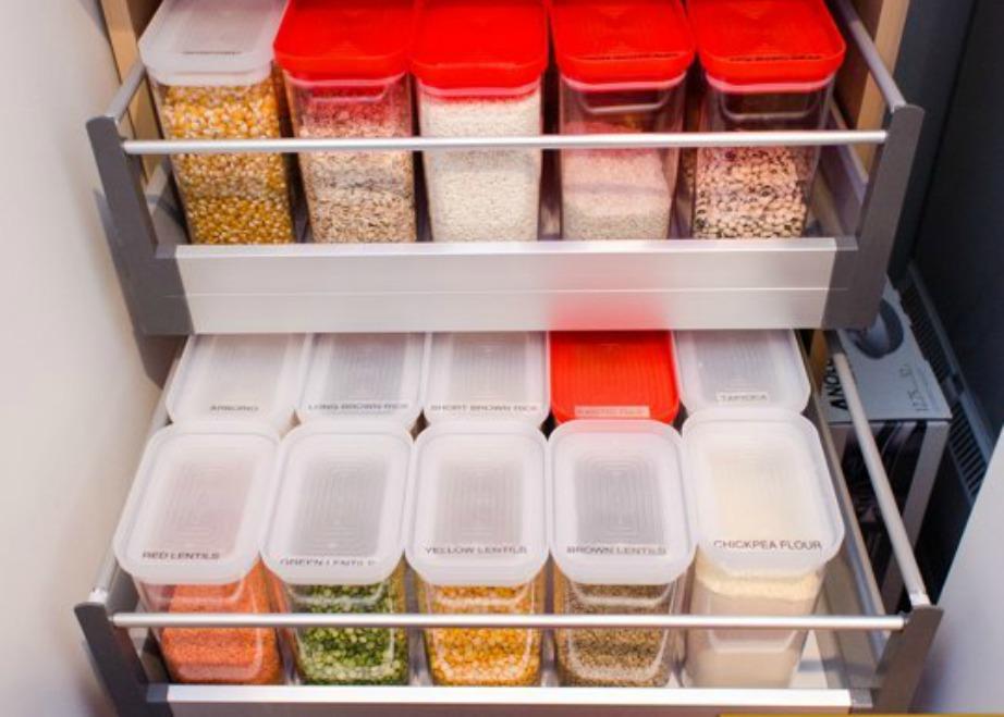 Οργανώστε τα φαγητά που διατηρούνται εκτός ψυγείου σε παρόμοια βάζα και τάπερ.