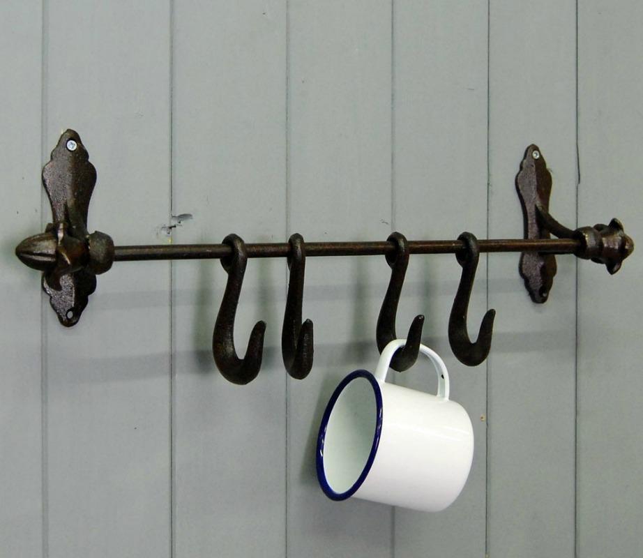 Οι κρεμάστρες πάντα είναι χρήσιμες σε οποιοδήποτε δωμάτιο ή χώρο του σπιτιού.