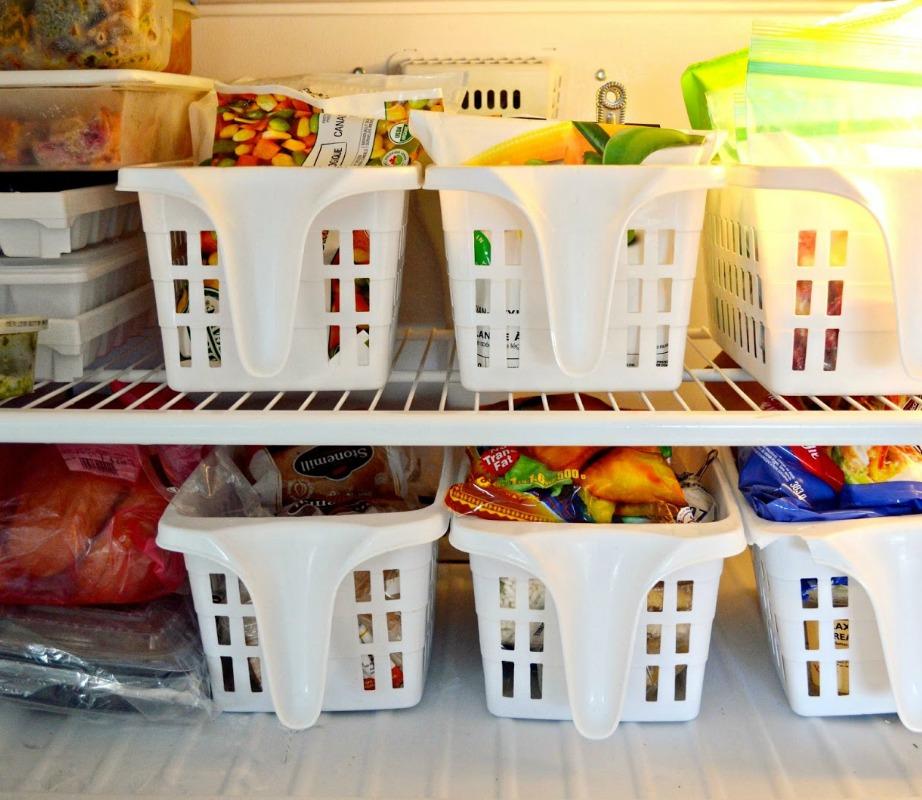 Τα πλαστικά μπολ σαλάτας θα οργανώσουν καλά το ψυγείο σας.