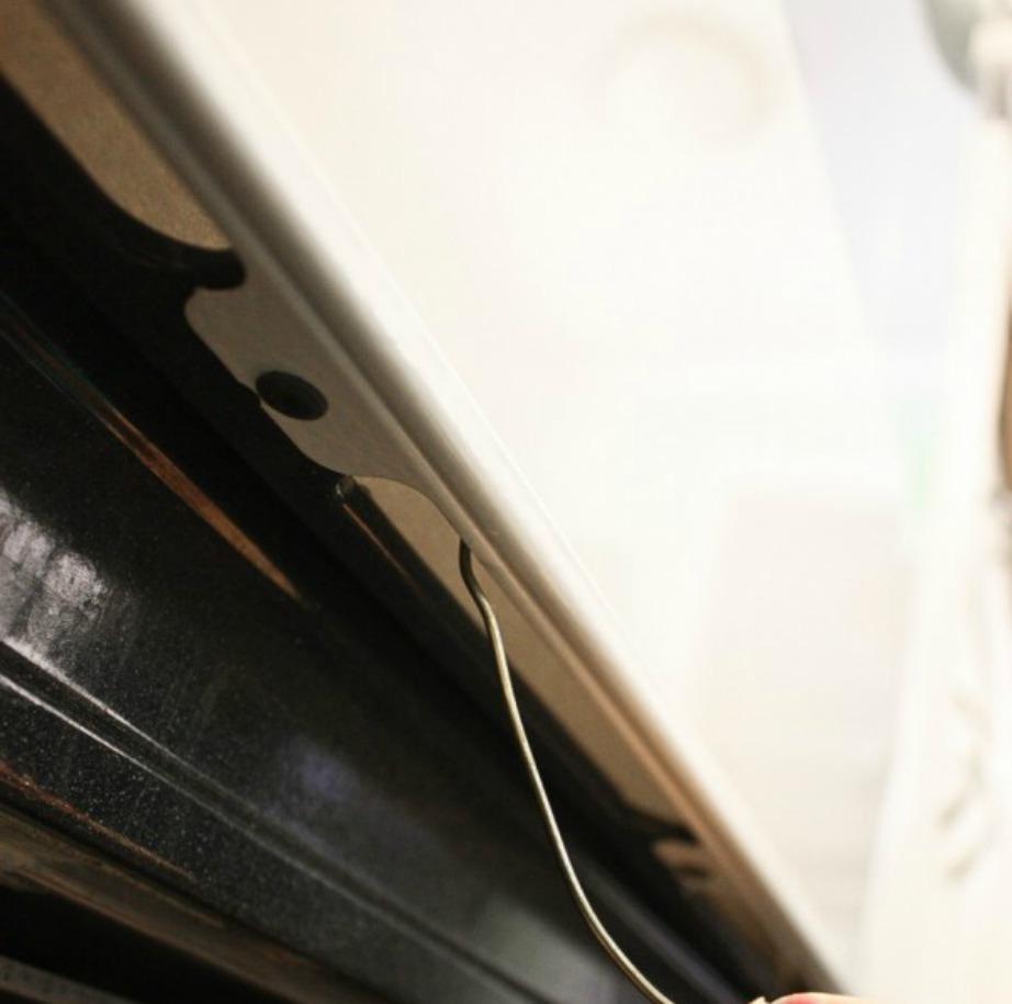 Περάστε κάτω από το άνοιγμα του φούρνου το σύρμα πάνω στο ποίο θα έχετε δέσει το μαντηλάκι σας.