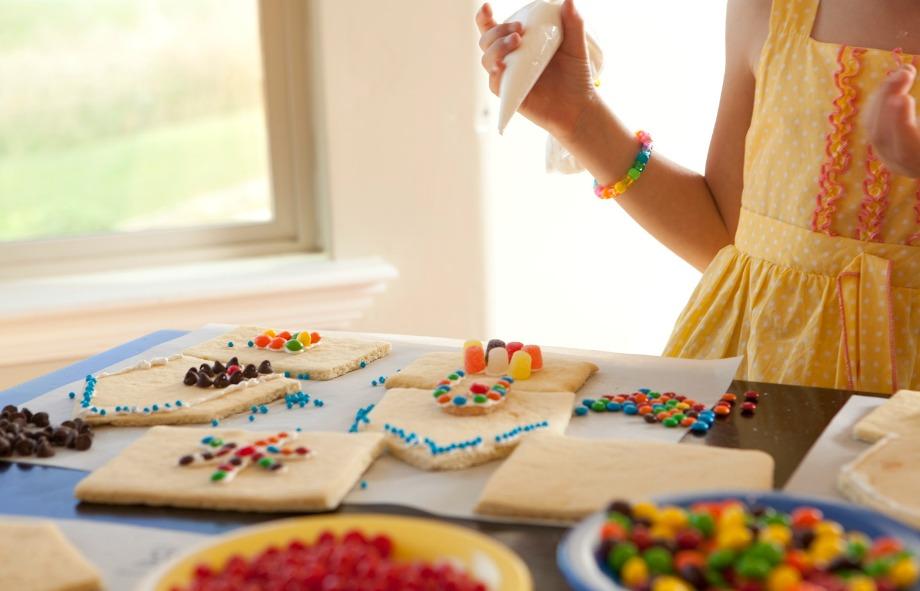 Ετοιμάστε όλα τα φαγητά πριν ξεκινήσει το πάρτι, για να μην χρειαστεί να ξοδέψετε πολύ χρόνο στην κουζίνα