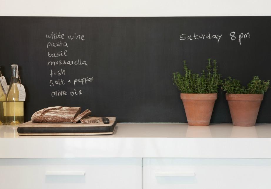 Μετατρέψτε έναν τοίχο στην κουζίνα σας σε μαυροπίνακα και σημειώνετε ότι δεν θέλετε να ξεχνάτε!