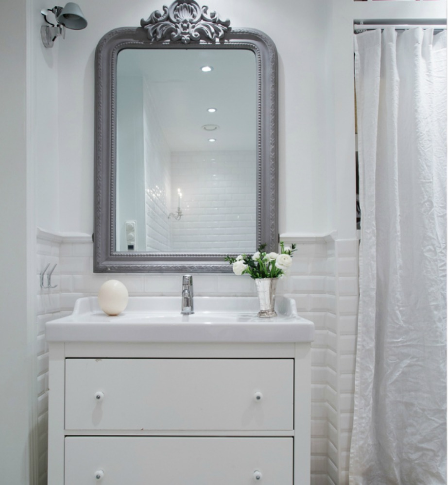 Το μπάνιο αμέσως δείχνει πιο ζωντανό με την προσθήκη ενός βάζου με λουλούδια.