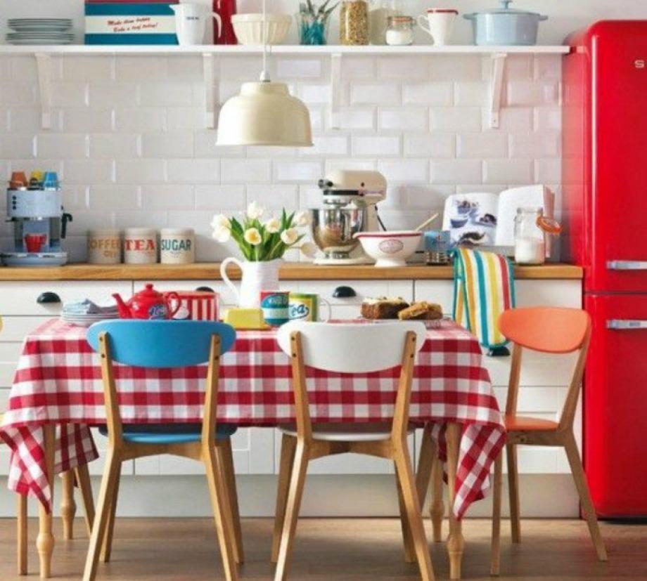 Αν επιλέξετε έντονο χρώμα ψυγείου, τότε ενισχύστε τον vintage χαρακτήρα του προσθέτοντας μερικά διακοσμητικά σε παρόμοιο χρώμα ή ένα καρό τραπεζομάντιλο