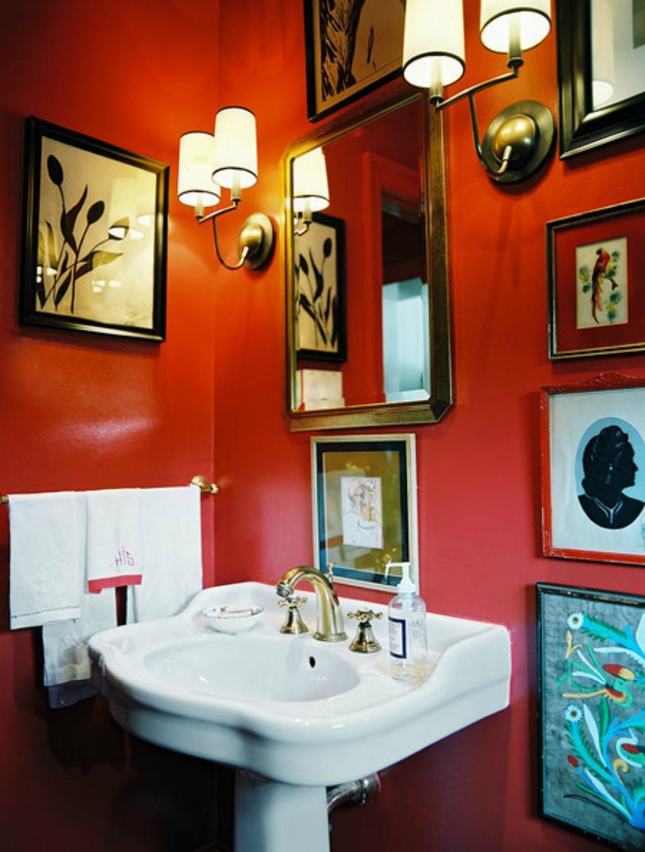 Το κόκκινο είναι ένα δύσκολο χρώμα για το μπάνιο αλλά με την κατάλληλη διακόσμηση μπορεί βγει ένα όμορφο αποτέλεσμα