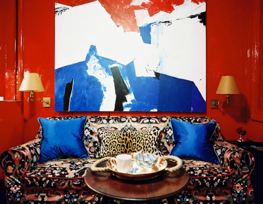 Αν θέλετε ένα έντονο δωμάτιο με ισχυρή 'προσωπικότητα' τότε χρησιμοποιήστε έντονες αποχρώσεις του κόκκινου και έναν πίνακα με έντονα χρώματα