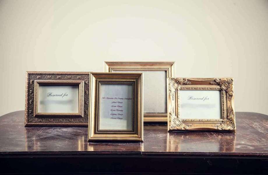 Οι χρυσές κορνίζες δίνουν στις οικογενειακές φωτογραφίες σας έξτρα πόντους πολυτέλειας.