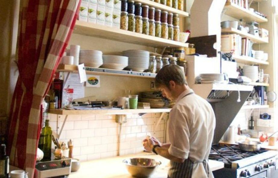 Διαμορφώστε την κουζίνα σας με τέτοιο τρόπο ώστε να μπορείτε εμε ευκολία να κινήστε σε αυτήν και να μαγειρεύετε έχοντας όλα τα απαραίτητα υλικά στα σωστά σημεία