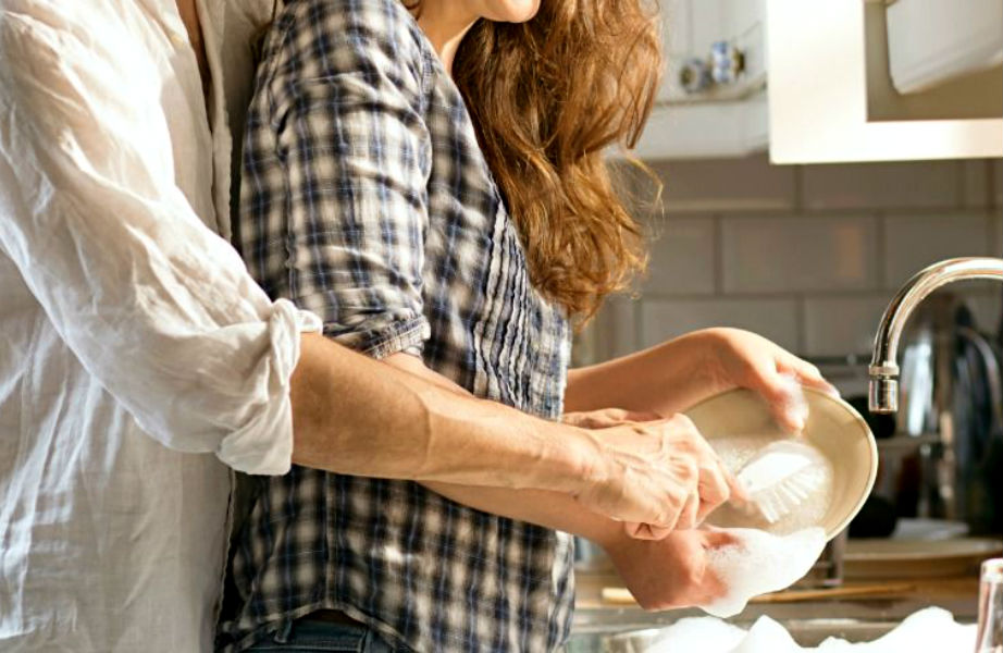 Μήπως ήρθε η ώρα να πλύνει και ο καλός σας τα πιάτα;