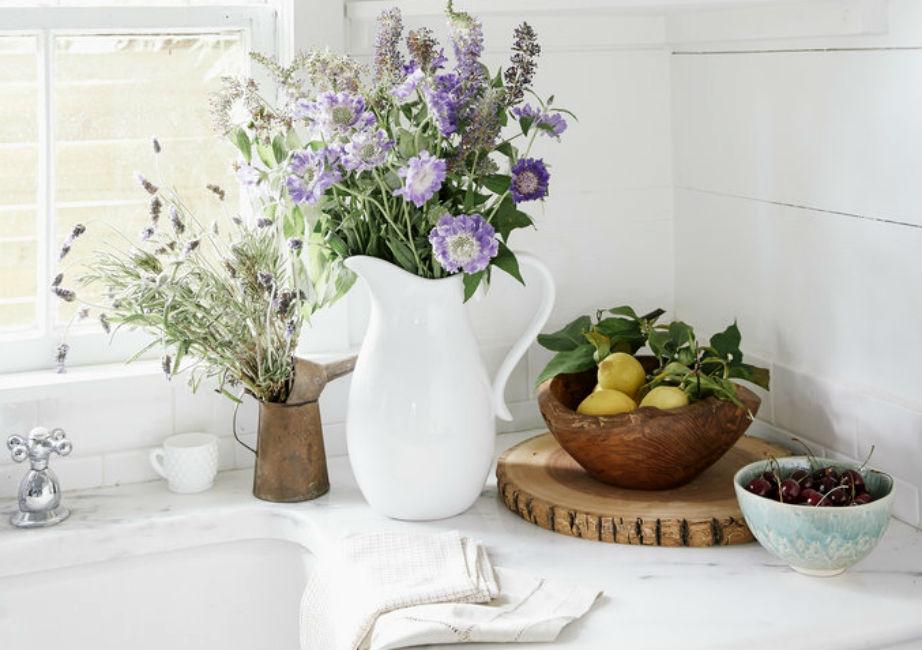 Tα λουλούδια και τα φρούτα δίνουν χρώμα και ζωή στην κουζίνα.