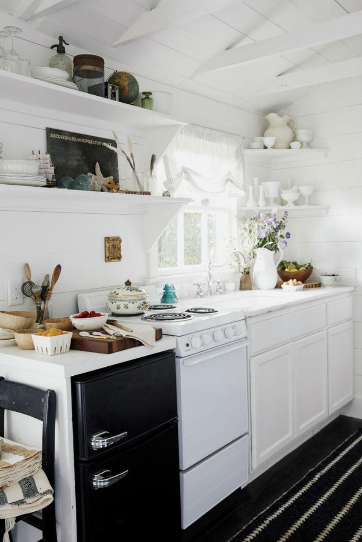 Πώς κατάφερε η Paige να χωρέσει μια ολόκληρη κουζίνα σε αυτή τη μικροσκοπική αποθήκη; Με πολλά ράφια και η σωστή οργάνωση!