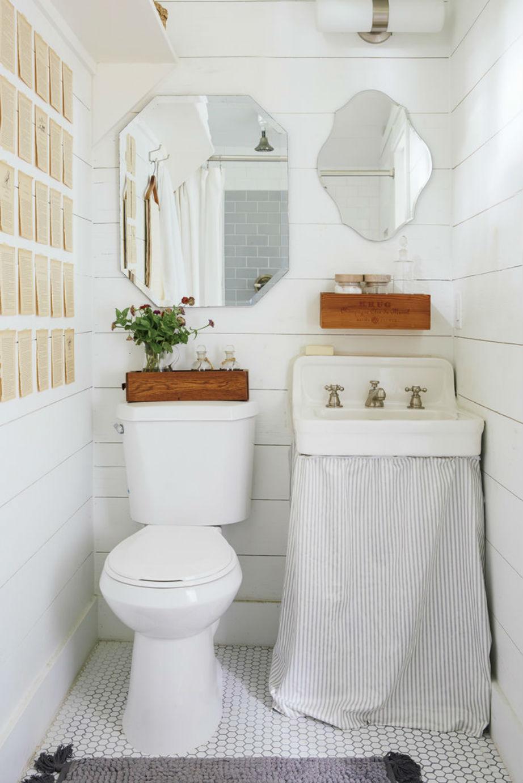 Το μπάνιο αποκτά βάθος χάρη σε αυτούς τους δύο vintage καθρέφτες.