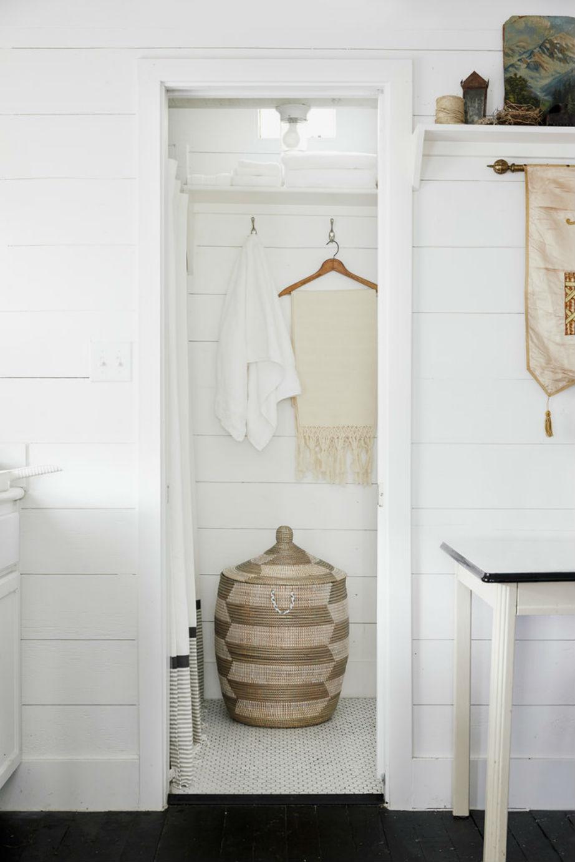 Ένα μεγάλο ψάθινο καλάθι χαρίζει έξτρα αποθηκευτικό χώρο και στιλ στο μπάνιο.