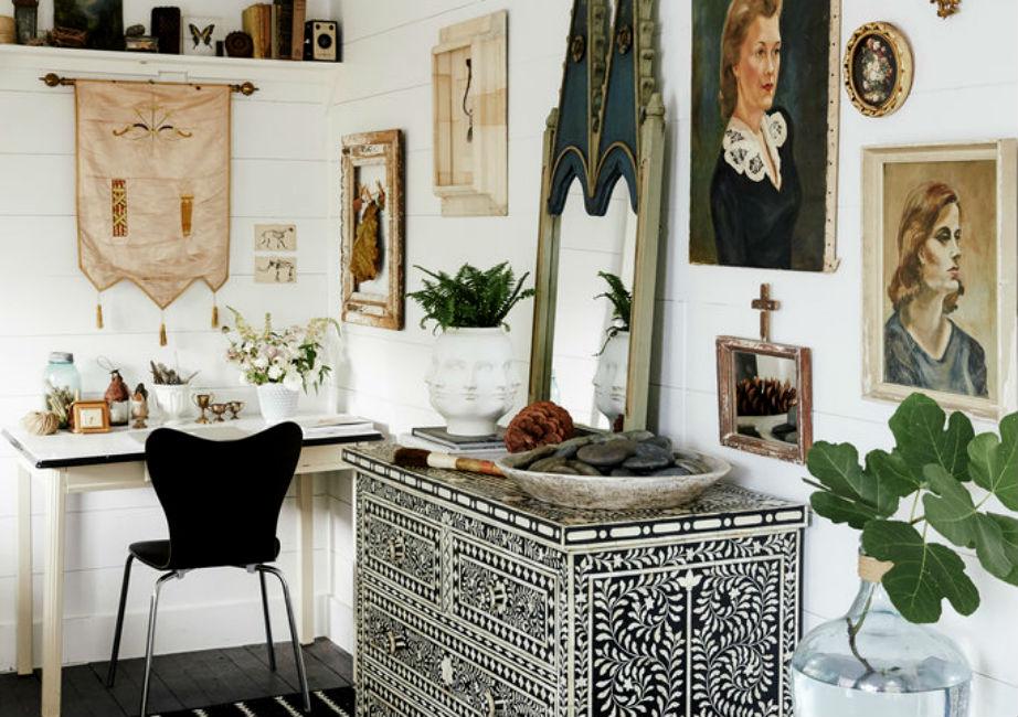 Η Paige χρησιμοποίησε παλιά κάδρα και πίνακες για να χαρίσει στο γραφείο της χρώμα και χαρακτήρα.