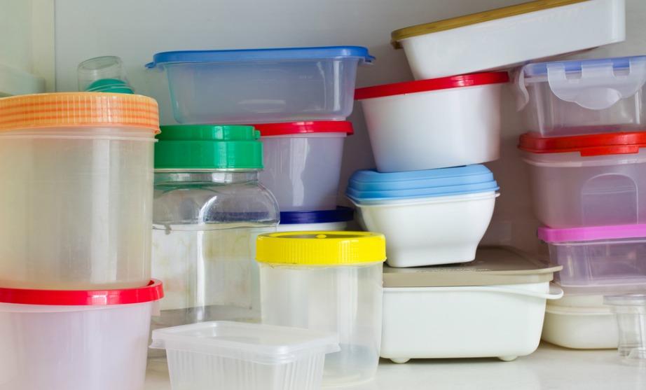 Καθαρίστε τα τάπερ σας με μείγμα από μαγειρική σόδα και νερό ή με ανάμειξη χλωρίνης και ζεστού νερού