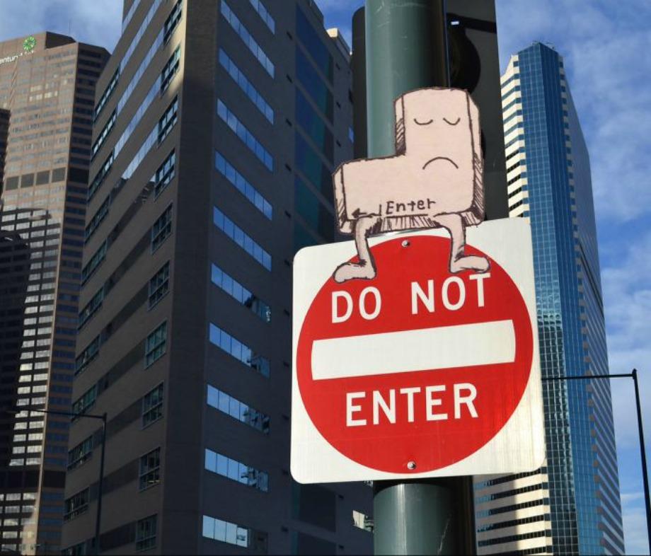 Ένα χιουμοριστικό σχέδιο πάνω σε ένα κλασικό σήμα μέσα στην πόλη