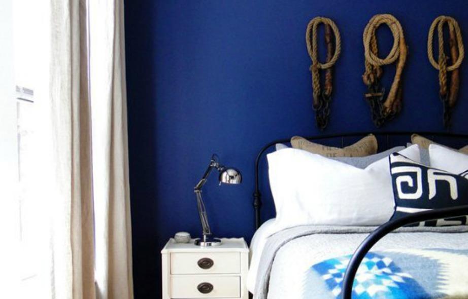 Υιοθετήστε ναυτική διακόσμηση στο σπίτι σας βάζοντας στον τοίχο μερικά σχοινιά και σεντόνια και μαξιλαροθήκες με ρίγες και ναυτικά σχέδια