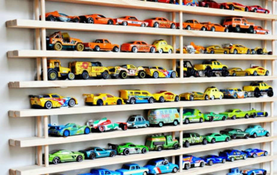 Ένα γκαράζ για τα αυτοκινητάκια θα αποτελέσει μέρος του παιχνιδιού για τα παιδιά σας, αλλά θα βοηθήσει και εσάς στο να βάλετε κάποια τάξη