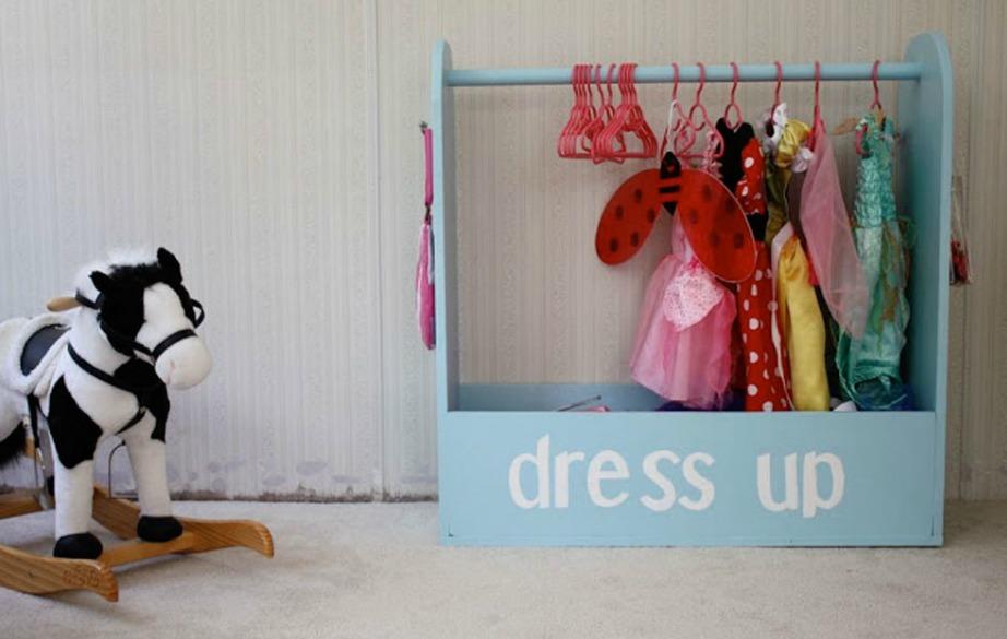 Μια ντουλάπα για τα ρούχα της κούκλας της κόρης σας, θα βοηθήσει στο να μη βρίσκεται πεταμένα μικροσκοπικά φορεματάκια σε όλο το σπίτι