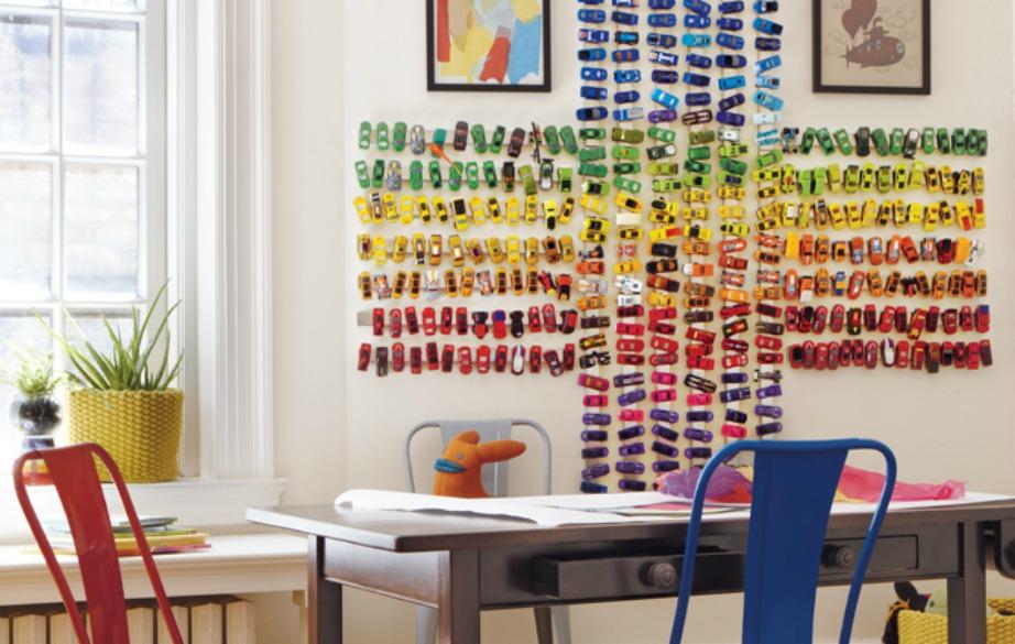 Βάζοντας μαγνήτες στον τοίχο θα μπορέσετε εύκολα να βάλετε σε τάξη τα αυτοκινητάκια του γιου σας