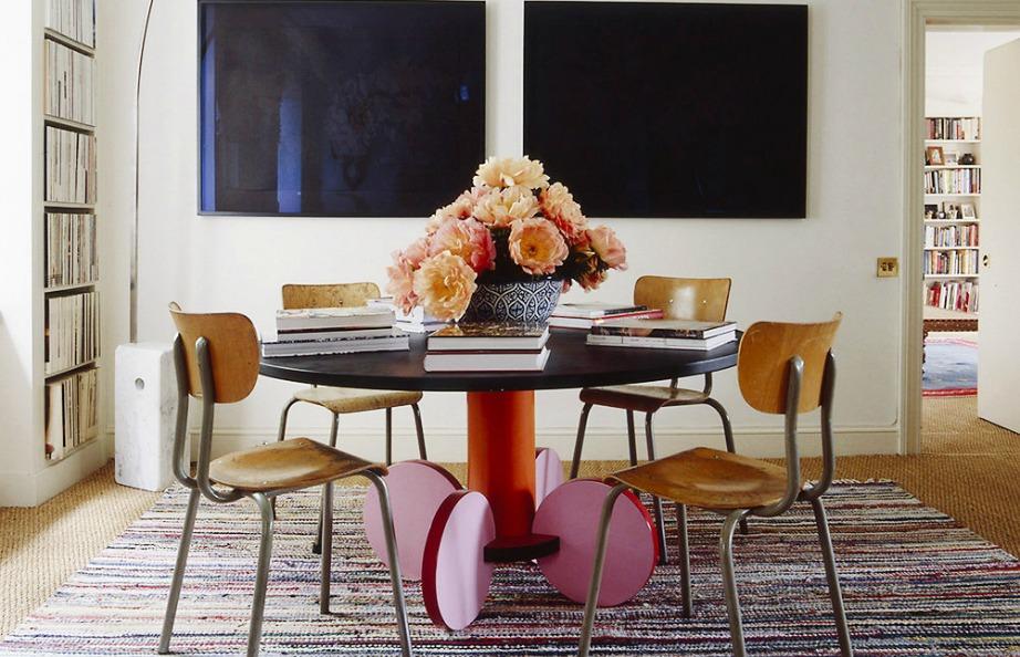 Ένα πολύχρωμο μεγάλο χαλί θα ενισχύσει πολύ τη διακόσμηση της τραπεζαρίας σας