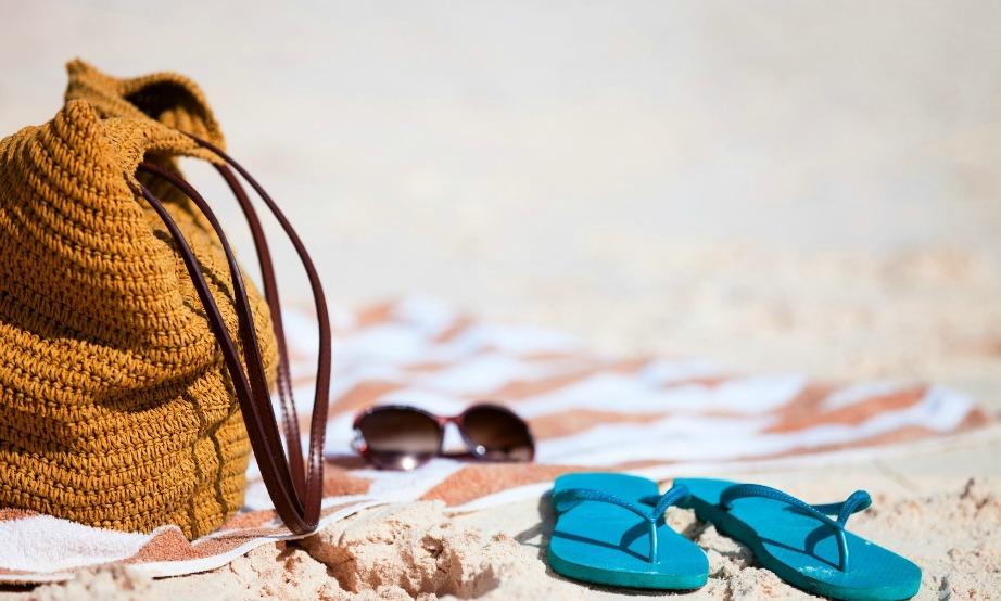 Γυαλιά, καπέλο και αντιηλιακό είναι απαραίτητα αξεσουάρ για την παραλία. Μην ξεχνάτε να φοράτε όλη την ώρα σαγιονάρες γιατί ο καυτός ήλιος που πέφτει πάνω στην άμμο είναι πολύ επικίνδυνος. Τα πιο επικίνδυνα μελανώματα και το πιο συχνό μέρος εμφάνισης μελανωμάτων είναι στις πατούσες.