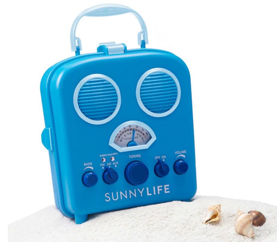 Αυτό το εκπληκτικό βαλιτσάκι περιέχει player, iPod ή ό,τι άλλη συσκευή αναπαραγωγής του βάλετε στο εσωτερικό του και παίζει δυνατά μουσική. Είναι το τέλειο gadget για την παραλία γιατί είναι αδιάβροχο και δεν παθαίνει τίποτα ούτε από τον ήλιο, το νερό ή την άμμο.