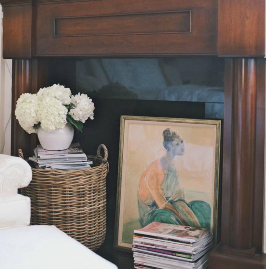 Ένας πίνακας και ένα καλάθι με βιβλία και ένα ωραίο βάζο με λουλούδια είναι η πιο απλή και όμορφη διακοσμητική λύση για το τζάκι σας.