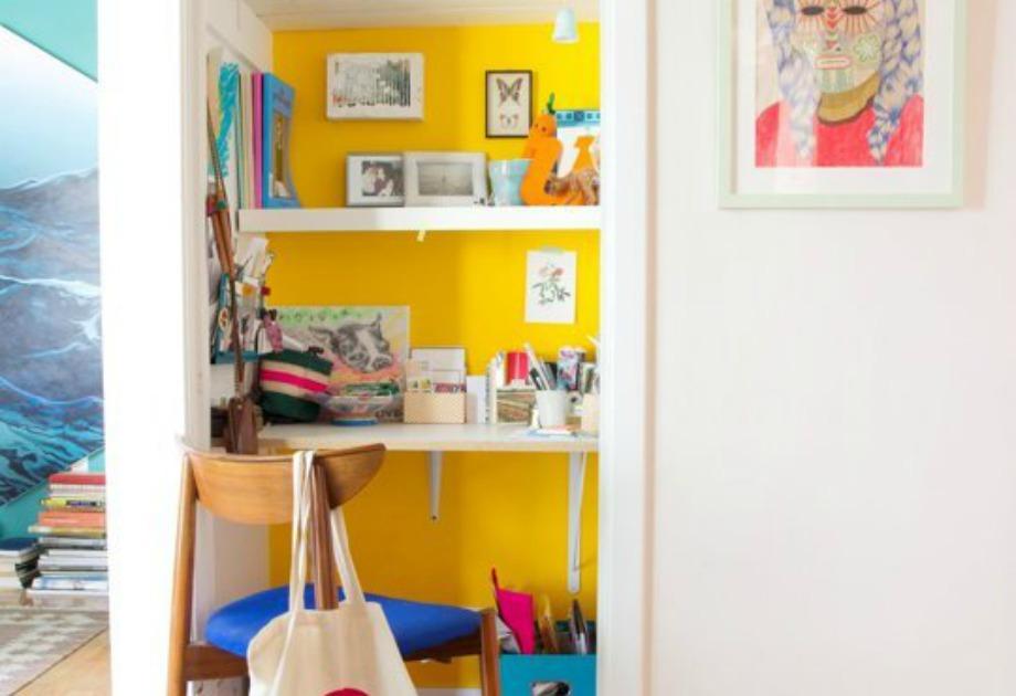 Φτιάξτε ένα όμορφο γραφείο στο εσωτερικό μιας ντουλάπας που δεν χρησιμοποιείτε και βάψτε την σε μια όμορφη απόχρωση