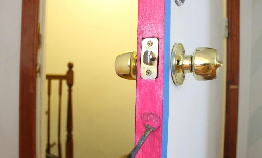 Βάψτε το εσωτερικό της πόρτας σας για μια όμορφη χρωματιστή πινελιά