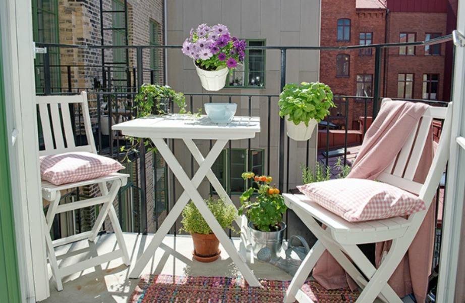 Βάλτε όμορφα γλαστράκια σε διάφορα σημεία του μπαλκονιού και διακοσμήστε τις καρέκλες με μαξιλάρια σε απρόμοιες αποχρώσεις με τα λουλούδια σας